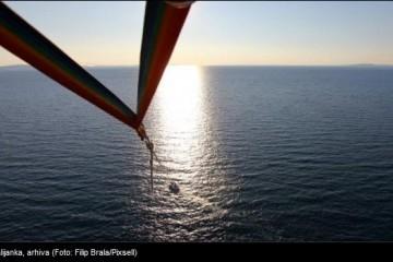 TRAGEDIJA: Prijateljice na padobranu vukao gliser, jedna ispala i poginula