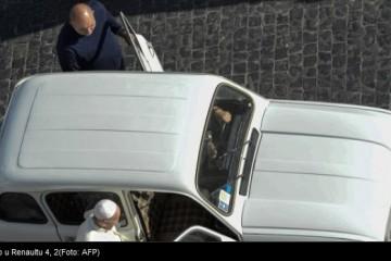 Što papa Franjo radi u Renaultu starom 29 godina?