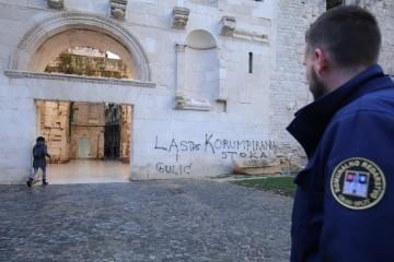 Uhićen muškarac koji je grafitima išarao Vestibul i Zlatna vrata