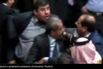 Kaos u parlamentu: Potukli se, zastupnik zapucao iz KALAŠNJIKOVA!