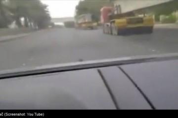 VIDEO Automobilom prošao ISPOD ŠLEPERA u vožnji!