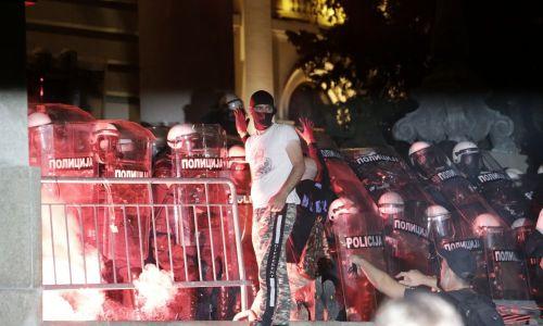 Burna noć u Beogradu: Prosvjednici zasipali policiju komadima pločnika, policija uzvratila suzavcima