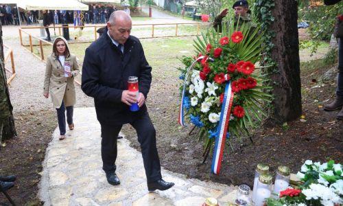 Ministar Medved u Grabovcu položio vijence za djecu i najmlađu žrtvu Domovinskog rata: U velikosrpskoj agresiji prekinuti su im djetinjstvo i mladost