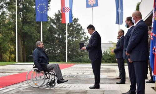 'CITIRAT ĆU VAŠU PJESMU...'  VIDEO Milanović odlikovao pripadnike Tigrova: Dragi prijatelji, hrvatski junaci, i u slavi i u krvi Tigrovi su uvijek prvi