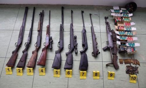 Muškarac u Pločama naoružan do zuba, policija mu u kući pronašla: sedam 'običnih' pušaka, jednu automatsku, gomilu municije te dijelove još nekoliko oružja